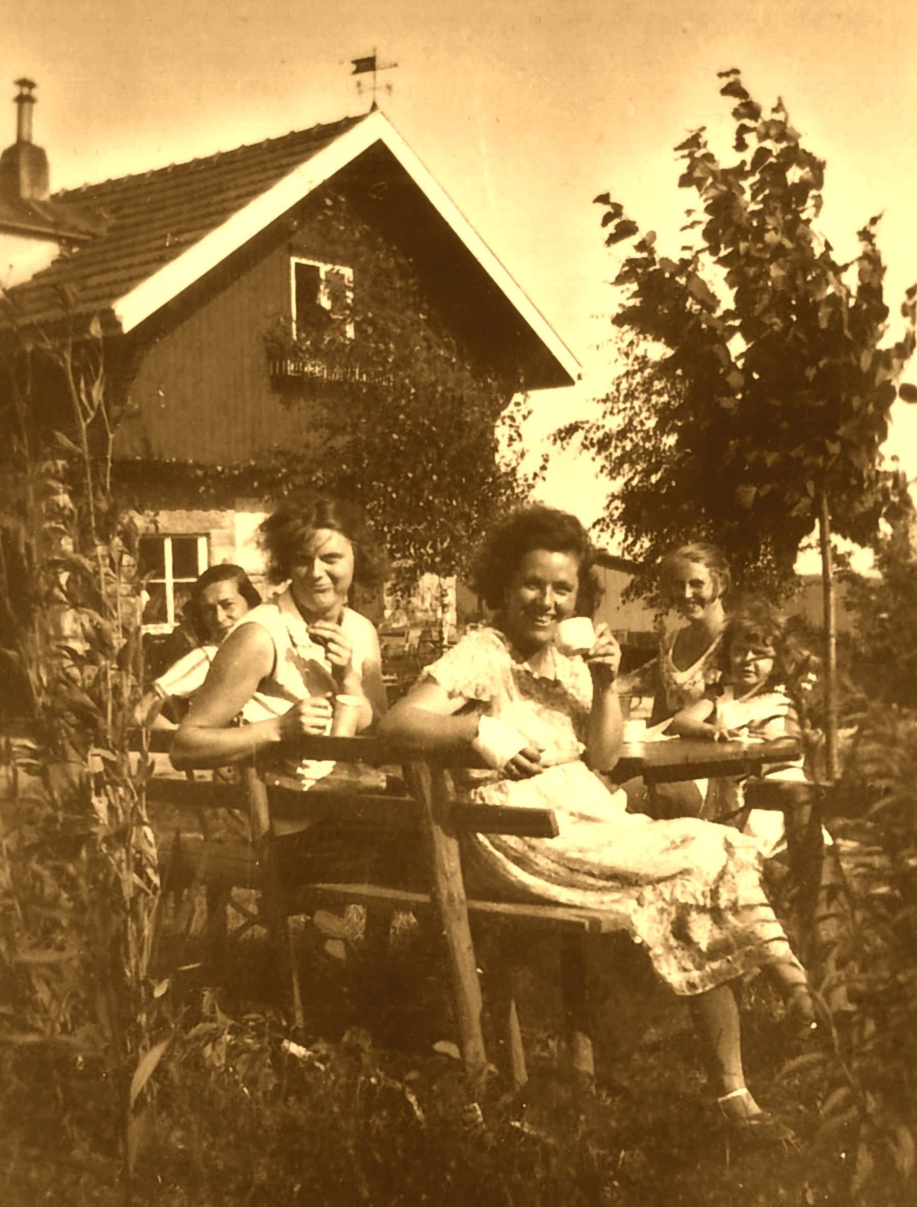 Frauen vor der Bakuninhütte